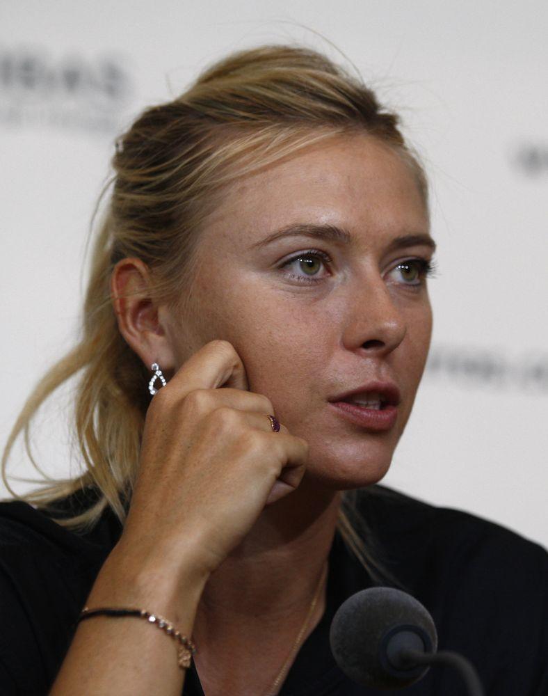 La rusa María Sharapova responde preguntas de reporteros durante una conferencia de prensa del Abierto de Francia, el viernes 25 de mayo de 2012, en el estadio Roland Garros, en París.  (Foto AP/Bertrand Combaldieu)