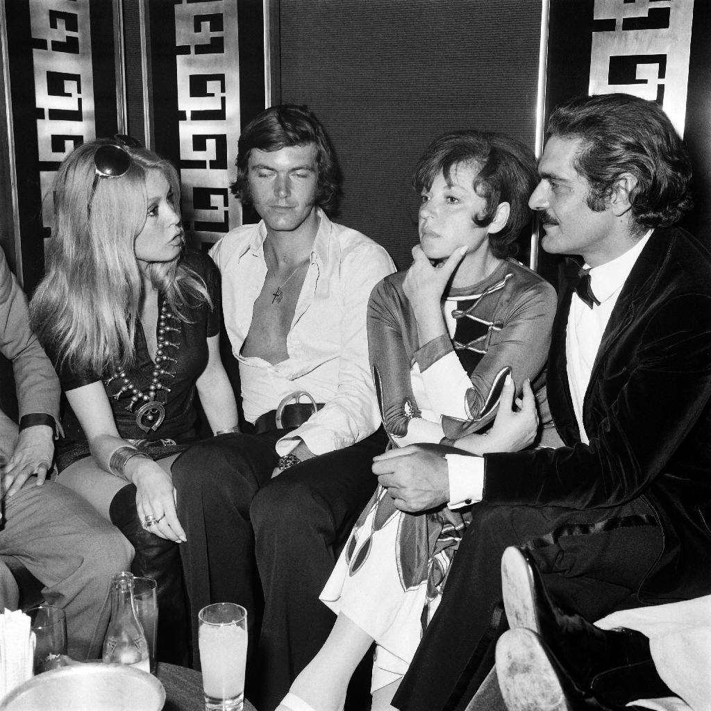 Omar Sharif (right) with Brigitte Bardot (left) in Deauville, France, on July 29, 1969 (AFP Photo/Archive)
