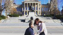 In diesem Verlobungsfoto versteckt sich eine süße Überraschung