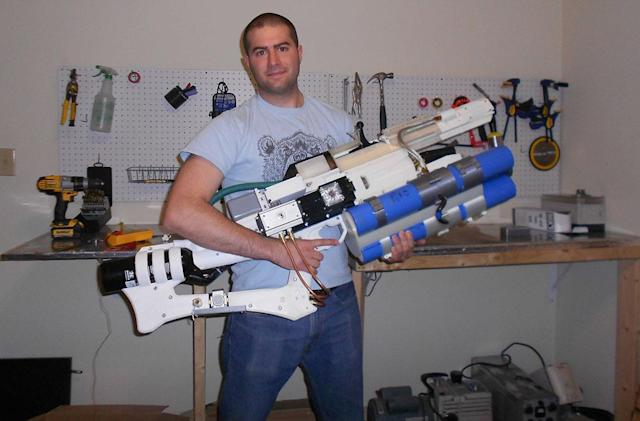Guy creates handheld railgun with a 3D-printer