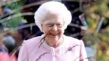 Zurück bei der Arbeit: Die Queen strahlt nach dem Hochzeitswochenende