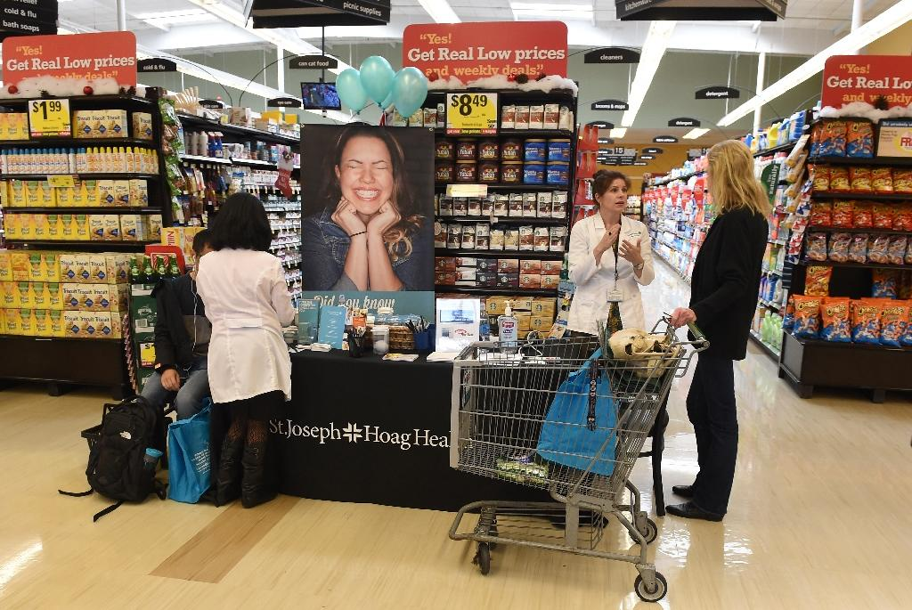 """Medical workers take blood pressure and talk with shoppers about healthy eating choices as part of the """"Shop with a Doc"""" program at a Ralph's Supermarket in Irvine, California (AFP Photo/Robyn Beck)"""