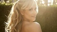 Ellen Rocche se destaca ao aparecer na web de topless