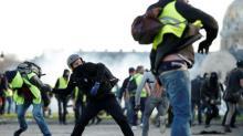 """Policía francesa lanza gas lacrimógeno a protestas de """"chalecos amarillos"""" que se vuelven violentas"""