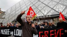 Amantes del arte se quedan con ganas de entrar al Louvre por huelga empleados por reforma pensiones