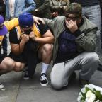 Fans Mourn Kobe Bryant Outside Staples Center – Grammys Pay Tribute With Moment Of Silence