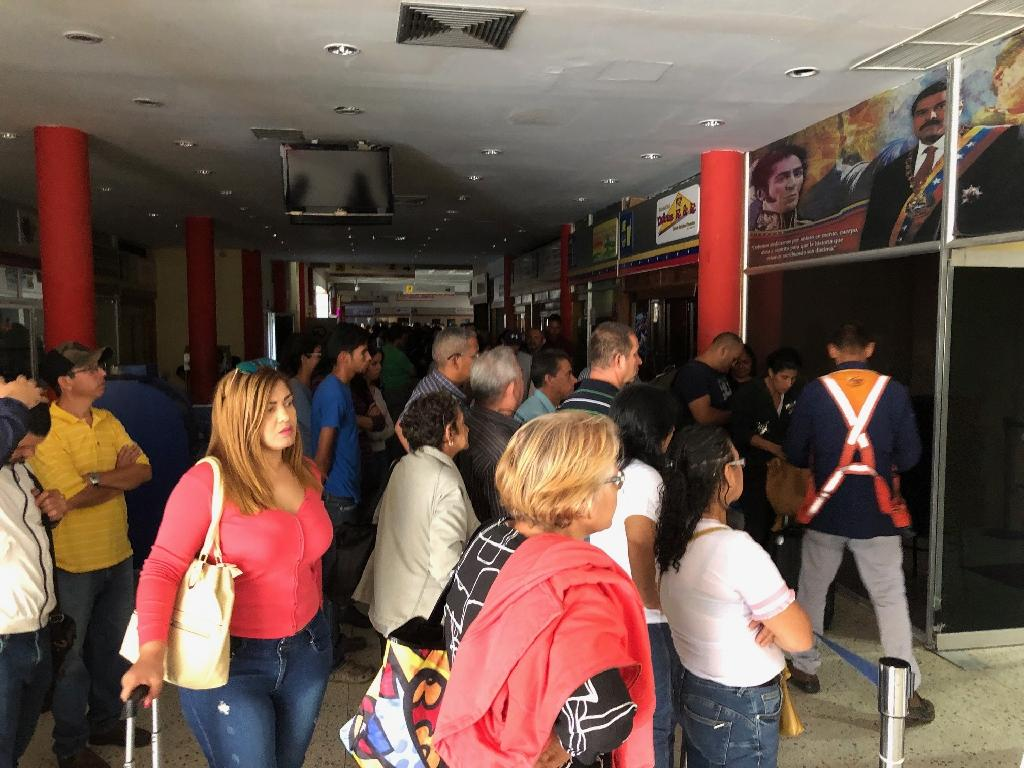 People queue at the airport in Barquisimeto, Venezuela on March 8, 2019, during a blackout (AFP Photo/RONALDO SCHEMIDT)