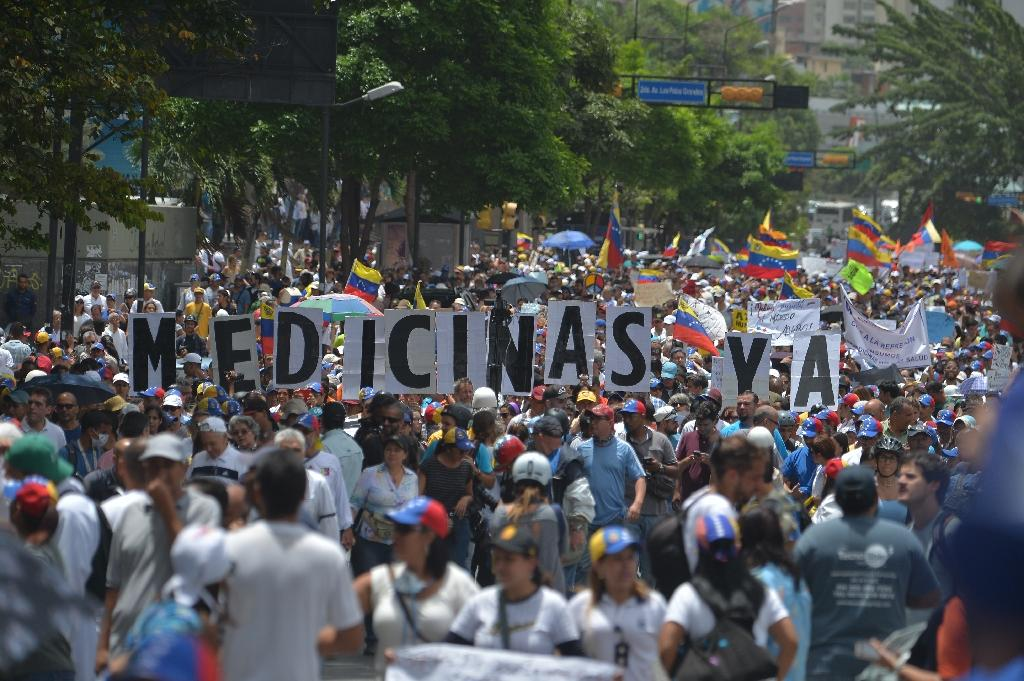 Doctors and other health care personnel march in Caracas on May 22, 2017 (AFP Photo/LUIS ROBAYO )