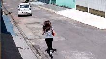Mulher corre atrás do carro após não usar freio de mão