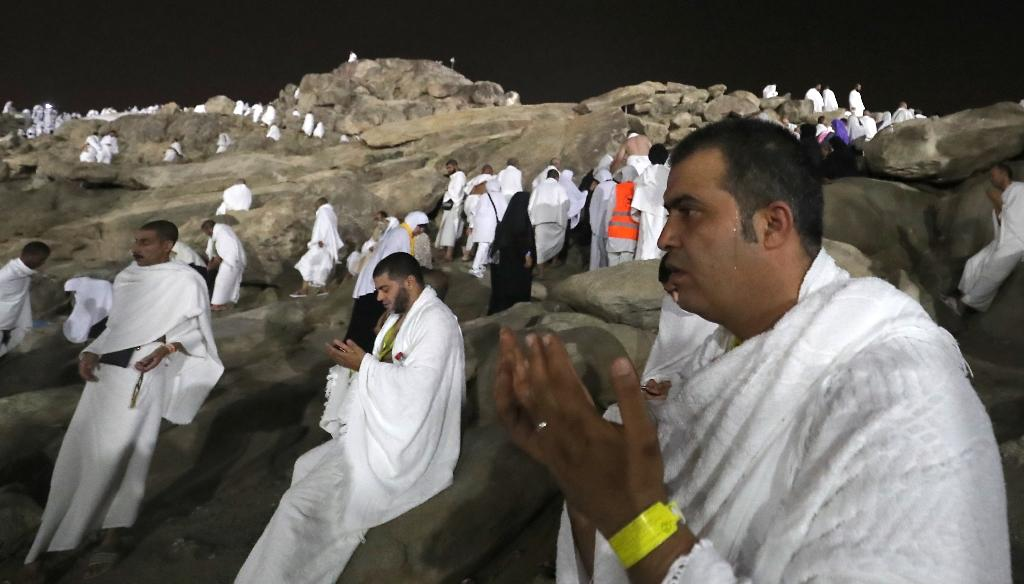 Muslim pilgrims walk and pray on Mount Arafat during the climax of the hajj pilgrimage in Saudi Arabia on August 30, 2017 (AFP Photo/KARIM SAHIB)