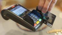 Geldkarten beim Bezahlen im Blick behalten