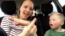 Mães de crianças com síndrome de Down fazem vídeo emocionante cantando com seus filhos