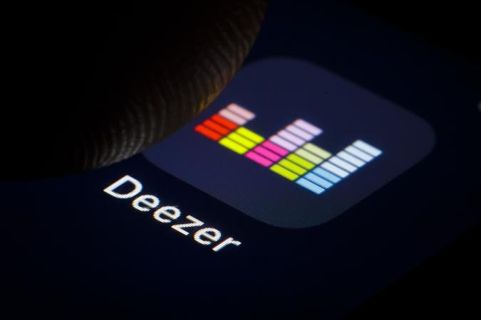 BERLIN, GERMANY - JANUARY 16: In this photo illustration the logo of the music streaming service DEEZER is displayed on a smartphone on January 16, 2019 in Berlin, Germany. (Photo by Thomas Trutschel/Photothek via Getty Images)