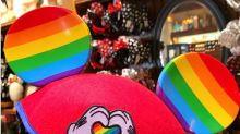 Disney começa a vender orelhas do Mickey com cores do orgulho gay em seus parques