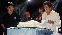 Roberto Carlos comemora seus 77 anos distribuindo bolo em show