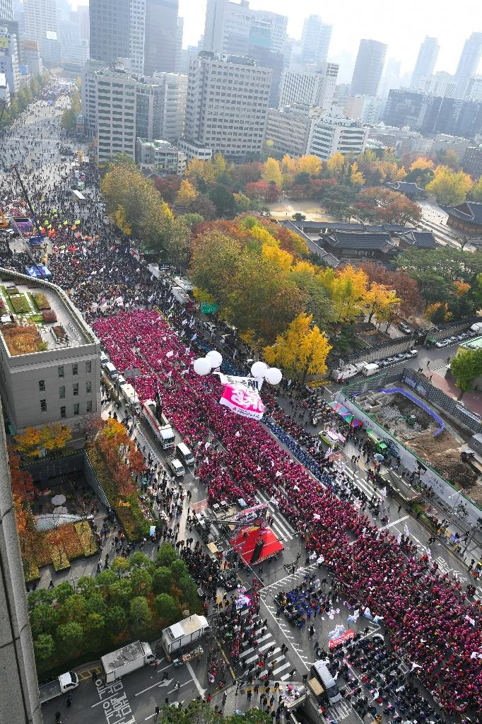 Up to one million protesters were expected to gather during an anti-government rally calling for the resignation of President Park Geun-Hye in central Seoul on November 12, 2016 (AFP Photo/Jung Yeon-Je)