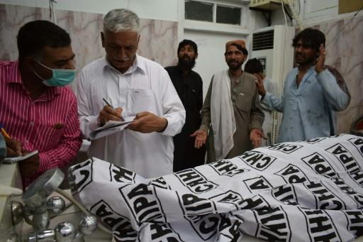 Pakistanis mourn after campaign bomber has killed 128