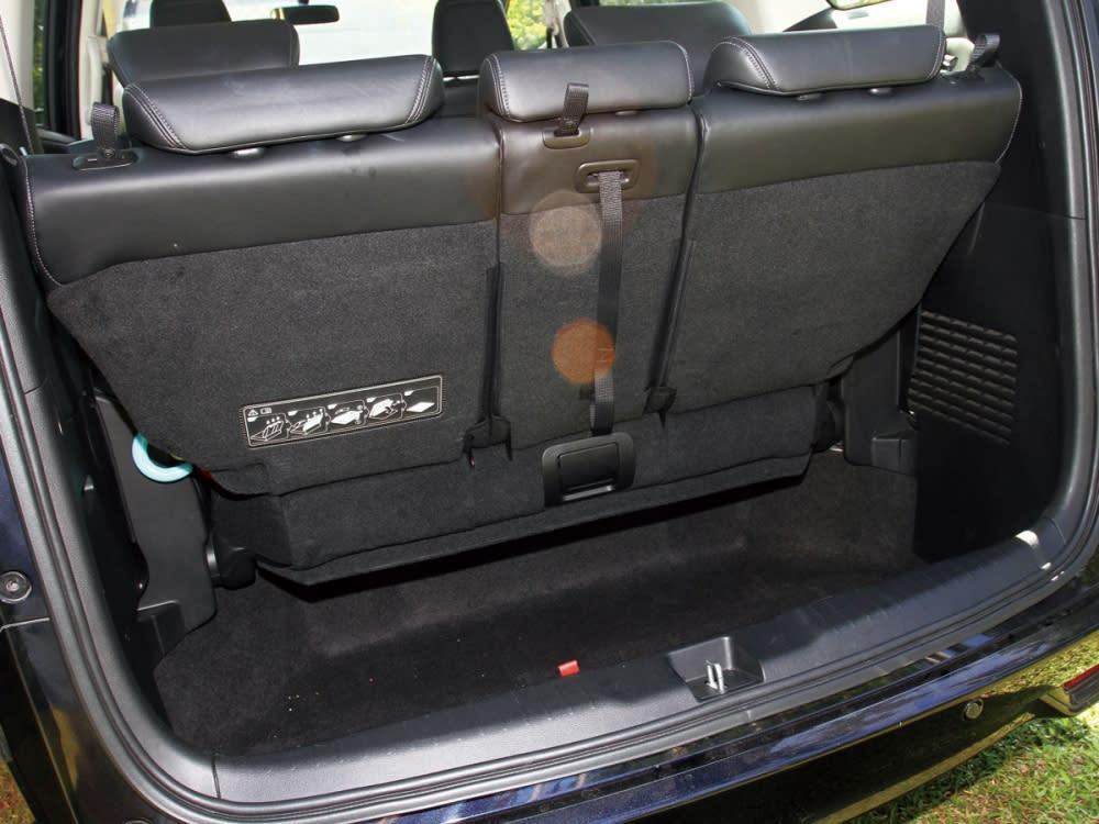 以全車滿載的情況下,行李廂空間還擁有不錯的深度表現,放置簡單的行李及物品。