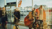 30enne ha accompagnato moglie e figlia in aeroporto, è salito sul volo pur non avendo i documenti. Multato