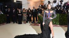 Las musculosas piernas de Jennifer López se roban el show en la Met Gala de Nueva York; mírala