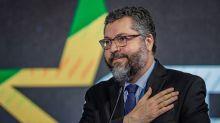 Ernesto Araújo rebate Maia e afirma ter orgulho de trabalhar com os EUA