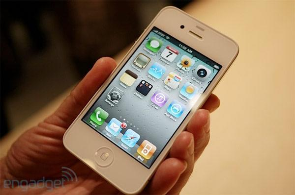 Apple delays white iPhone 4 into spring 2011