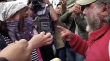 VIDEO: Hombre que perdió a su hijo reclama a feminista por pintas en Palacio Nacional