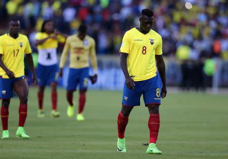 Foto del martes del futbolista de Ecuador Felipe Caicedo abandonando el campo de juego junto a sus compañeros tras la derrota ante Colombia