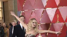 El show de Jennifer Lawrence: deja el glamur en casa con una copa de vino y saltando butacas