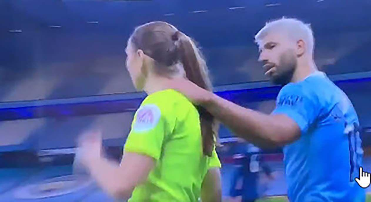 Sergio Agüero criticized after grabbing lineswoman's shoulder during Premier League match