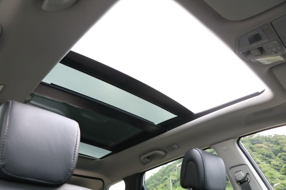 大型全景天窗是不少休旅車主所喜愛的配備,採光與空間感皆更上一層,並配有電動遮陽簾