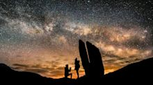 Photos show man proposing to his girlfriend in front of the Milky Way
