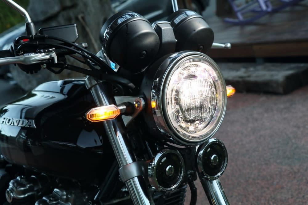 RS車型上的方向燈為扁平的設計,更凸顯運動感