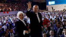 """Erdogan dice que desafiará a quienes """"juegan"""" con la economía turca"""