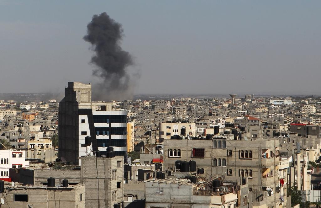 Smoke rises following an Israeli air strike in Rafah, in the southern Gaza Strip, on May 5, 2016 (AFP Photo/Said Khatib)