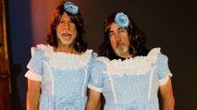 Bruce Willis e seu assistente como gêmeas de 'O Iluminado' é a melhor fantasia deste Halloween
