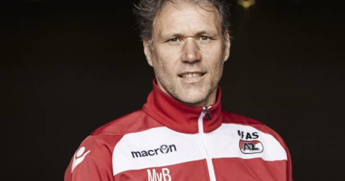 Foot - WTF - À 52 ans, Marco van Basten tente (et réussit) une bicyclette