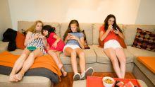 Jóvenes que pasan horas en el sofá podrían presentar problemas en los huesos