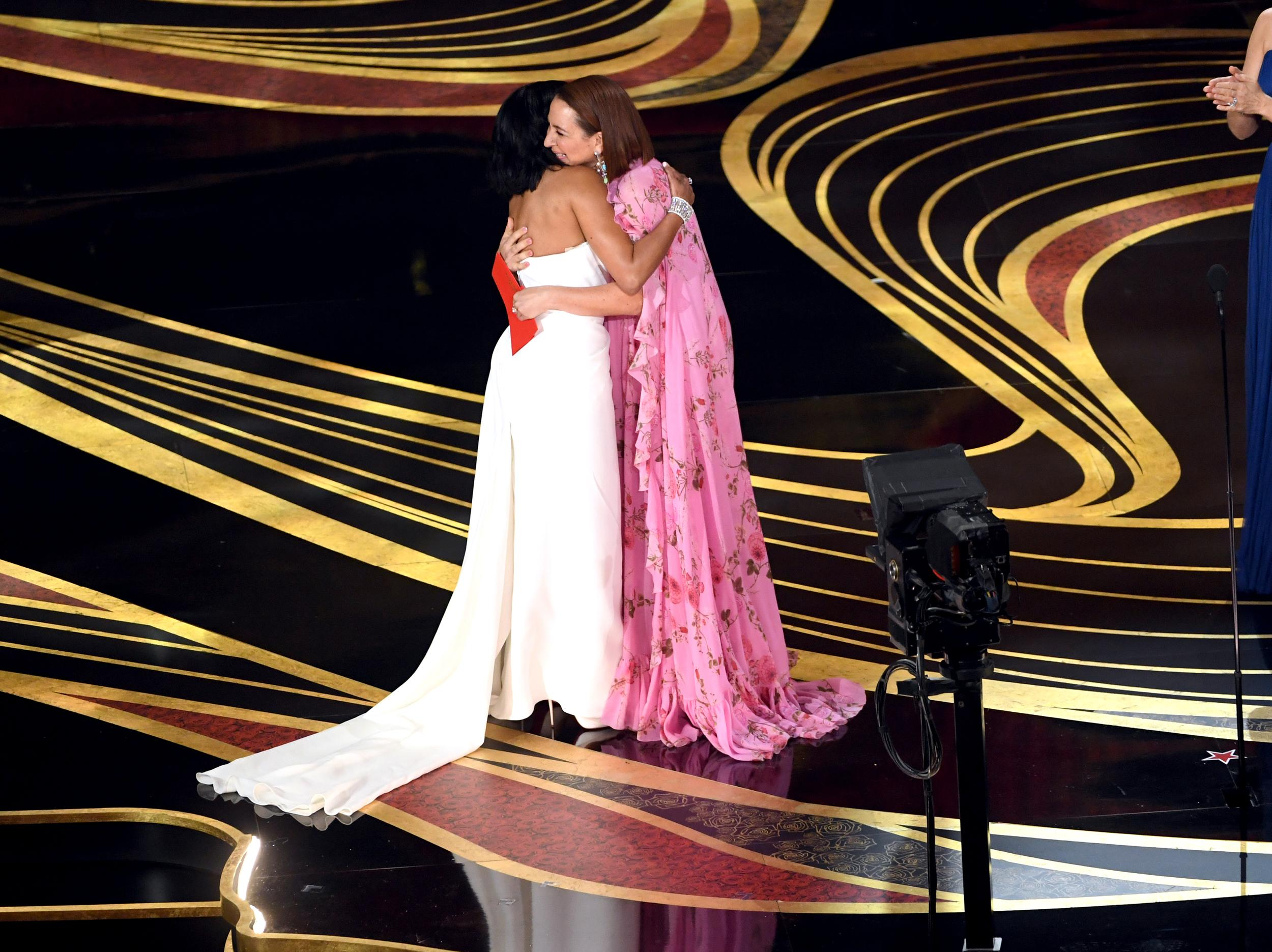 HOLLYWOOD, CALIFORNIA - FEBRUARY 24: (L-R) Regina King accepts the Actress in a Supporting Role award for 'If Beale Street Could Talk' from Maya Rudolph onstage during the 91st Annual Academy Awards at Dolby Theatre on February 24, 2019 in Hollywood, California. (Photo by Kevin Winter/Getty Images)