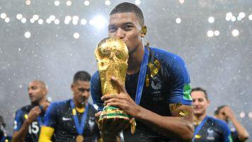 """Mbappé eguaglia Pelè: """"Lui ha fatto la storia, io sono all'inizio"""""""