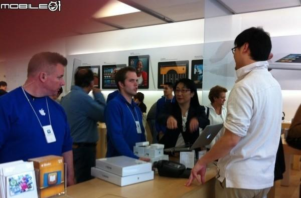 Caption Contest: HTC Chairwoman Cher Wang drops by Apple's Palo Alto Store