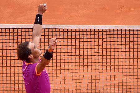 El tenista español Rafael Nadal levanta los brazos tras vencer a su  compatriota Albert Ramos en la final del Masters de Montecarlo.