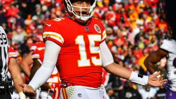 Mahomes is just showing off with no-look pass