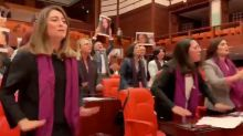 Deputadas turcas cantam música anti-estupro chilena para protestar contra feminicídio