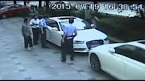 Bystanders rescue child from hot car in China