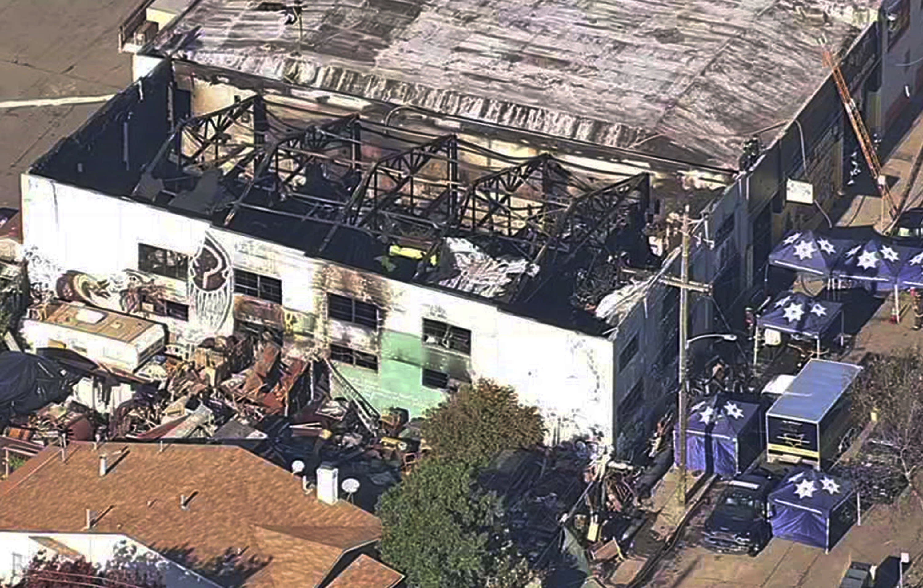 1 acquitted in deadly warehouse fire; jury deadlocks on 2nd