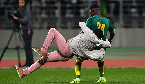 International: Platzsturm: Spielabbruch bei Elfenbeiküste gegen Senegal