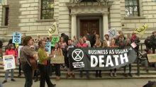 "Klimaaktivisten in London: ""Business as usual = Tod"""