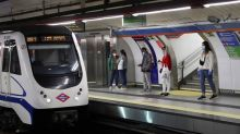 Trata de arrojar a las vías a un vigilante de Metro que le exigió usar mascarilla