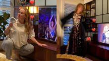 """Adele mostra momento """"gente como a gente"""" com pijama e figurino de show em casa"""